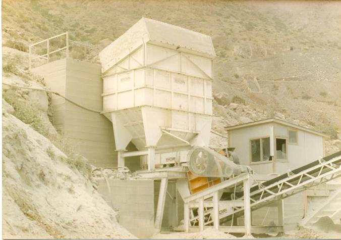 El año 1990 se instala una planta para 30 Tons/hora y con circuito ya más convencional con tres etapas con chancador primario de 600x400, 02 chancadores Denver de mandíbulas de 10 x 20 y en etapa terciaria había un chancador de 3 pies SH en circuito cerrado