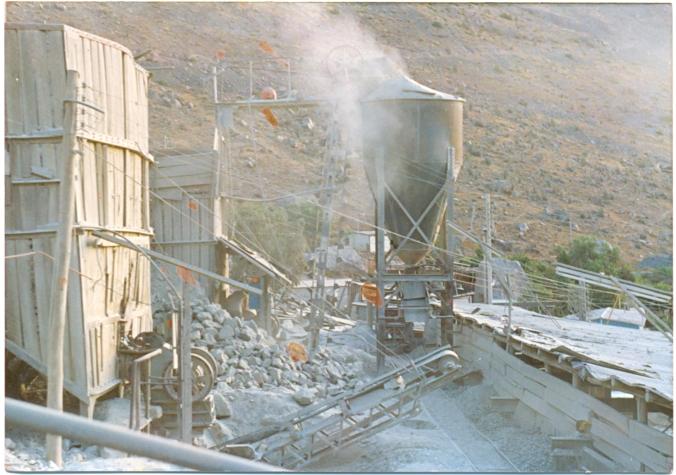 En el año 1988-1990, se trabajaba con una planta de 15 ton / hora y consistía en un buzón , chancador de mandíbulas  marca Denver de 10 x 20 y  se acopiaba en un silo a través de un elevador de capachos, la distribución a 8 tolvas de trapiches se realizaba a través de un carro minero