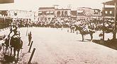 Mientras los delegados de los obreros negocian con el Intendente, las fuerzas militares rodean el sitio del trágico suceso ocurrido el 21 de diciembre de 1907.