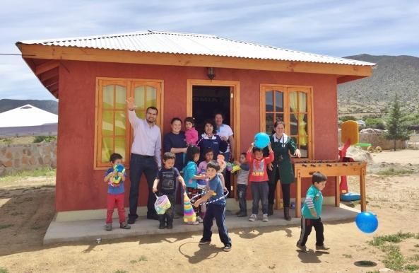Seremi de Minería Igor Díaz entrega juguetes a jardín infantil Tierras L...